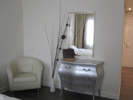 Hotel Patavium : Dresser and chair