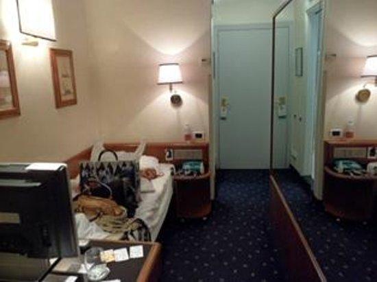 Flora Hotel: bedroom