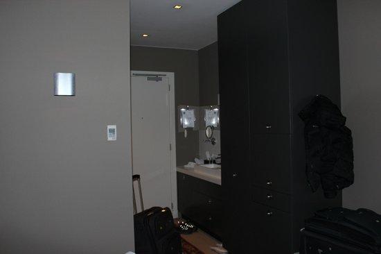 Hotel JL No76: View from bed toward door [& part of bathroom]