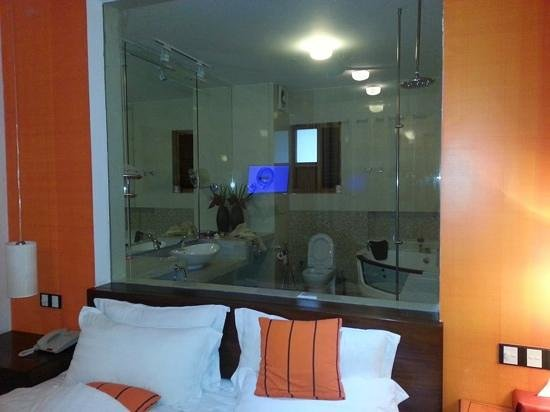 CoCo Bay Unawatuna : Toilet from bedroom