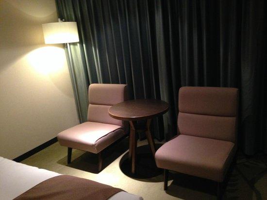 Hotel Metropolitan Sendai: 使わないんですがソファーが二つ