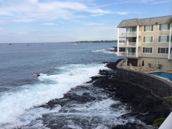 Hale Kona Kai Condominiums: Loved listening to the waves pound the rocks!