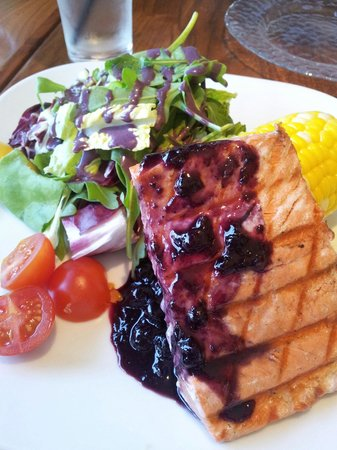 Bridges Restaurant: 美味的三文魚