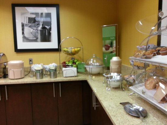 Hampton Inn & Suites Ontario: Breakfast area