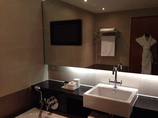 Sofitel London Heathrow : Brilliant bathroom with built in tv