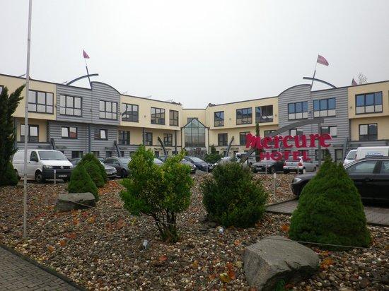 Mercure Hotel Oberhausen Centro: Das Hotel von aussen mit dem Haupteingang in der Mitte und dem Parkplatz davor.