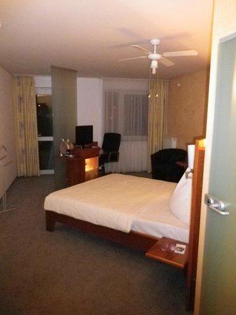 Mercure Hotel Oberhausen Centro: Das Zimmer vom Eingangsbereich gesehen. Links die Türe zum Parklatz.