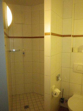 Mercure Hotel Oberhausen Centro: Die Dusche mit dem Seifenspender.