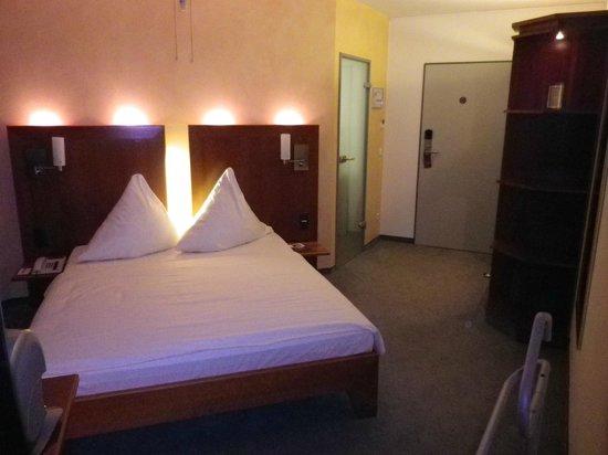 Mercure Hotel Oberhausen Centro: Blick von der anderen Seite Richtung Bad, linke Türe, und Eingangstüre sowie der Kleiderschrank.