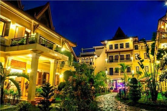Malika d'Angkor Boutique Hotel: Hotel Entrance by night