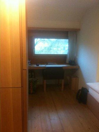 Kartause Ittingen: Schreibtisch und links der Schrank mit integriertem Fernseher, Minibar und Kleiderablage
