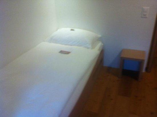 Kartause Ittingen: Bett im Einzelzimmer mit Willkommensgeschenk (getrocknete Früchte)