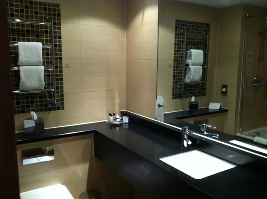 The Cheltenham Chase Hotel - A QHotel: Nice bathroom but not a lot of toiletries