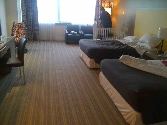RELC International Hotel : the huge room with two queen beds and a baby cot