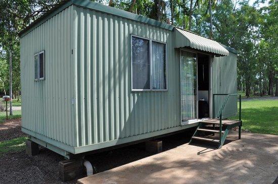 Batchelor Holiday Park: Outside of cabin