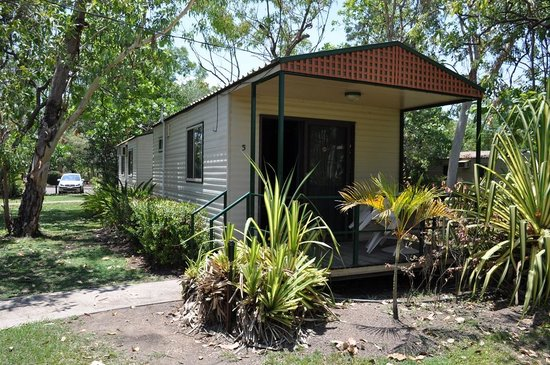 Kakadu Lodge and Caravan Park: Outside of cabin