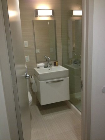 Metro Apartments : very clean bathroom