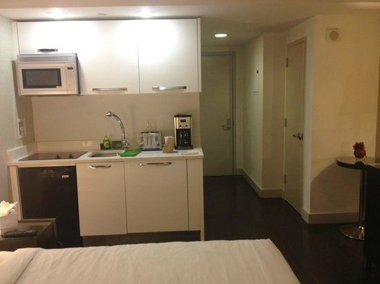 Metro Apartments : kitchenette on the left, closet on the right, door in the front