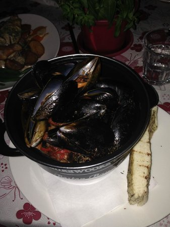 Montville Cafe Bar and Grille: Pot of mussels