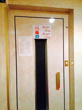 Est Hotel Paris: The horrid lift!