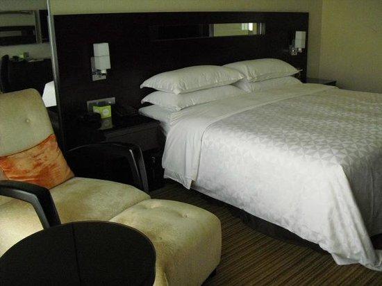 Ramada Plaza Lianyungang: キングサイズベッド