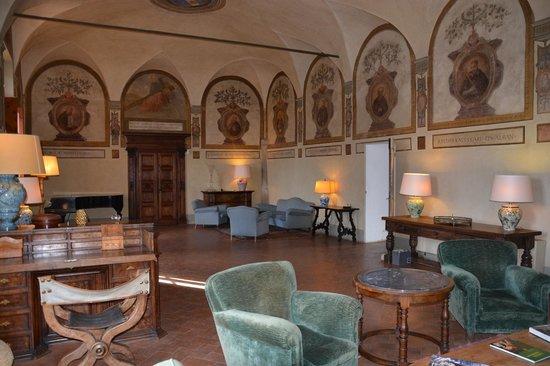 Badia a Coltibuono: Hall with genuine frescoes