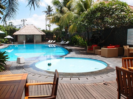 Best Western Resort Kuta: Inviting pool with comfortable pool beds