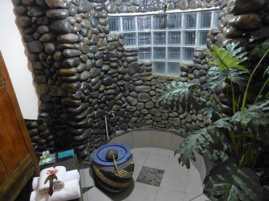 Pondok Pisces Bungalows: Quirky bathroom
