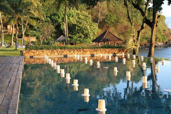 Jeeva Klui Resort: Floating candles on infinity pool