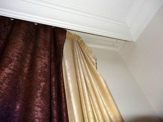 Queen Elizabeth Elite Suite Hotel & Spa: Curtains hanging off wall in bedroom