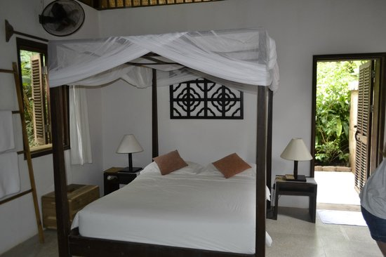 Mango Bay Resort: Inside bungalow