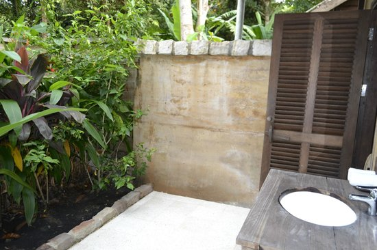 Mango Bay Resort: Bungalow's al fresco bathroom