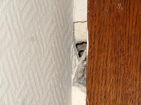 Queen Elizabeth Elite Suite Hotel & Spa: Hole in bedroom wall