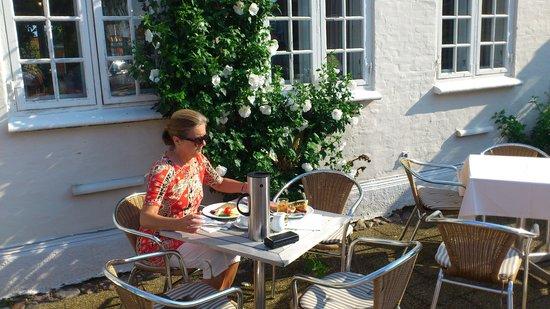 Best Western Hotel Knudsens Gaard : Enjoying the breakfast out in the sun
