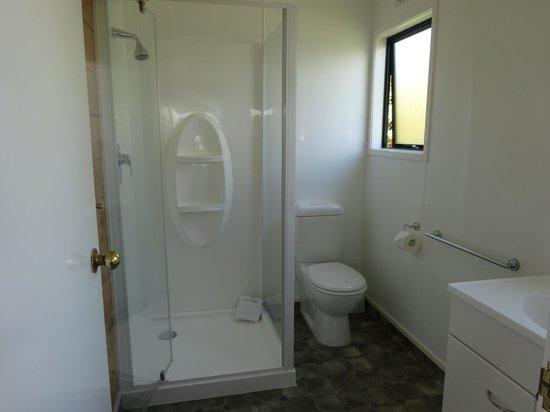 Cedarwood Lakeside : Spacious Bathroom