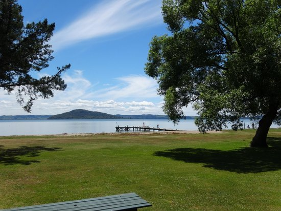 Cedarwood Lakeside : Stunning view of Lake Rotorua from our room