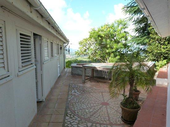 Sous Le Soleil des Tropiques : patio devant les chambres avec petite piscine