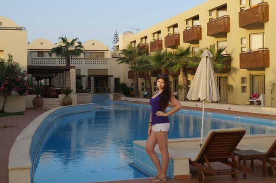 Santa Marina Plaza: Отель и бассейн