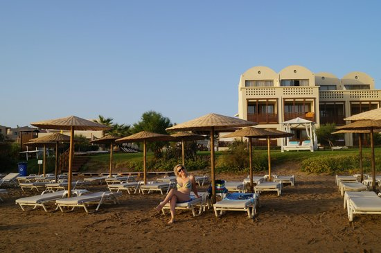 Santa Marina Plaza: пляж и отель за ним