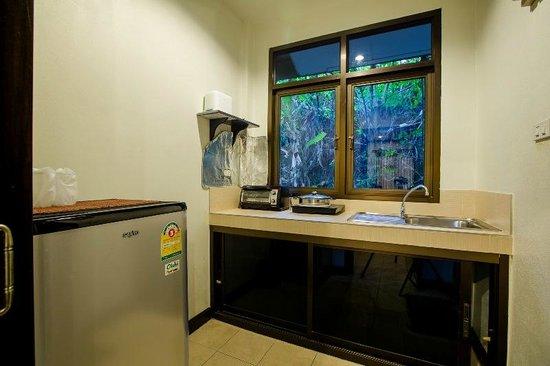 Baan Veerakit: studio with kitchen