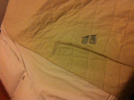 Hotel Baccio da Montelupo: Buchi nella coperta...