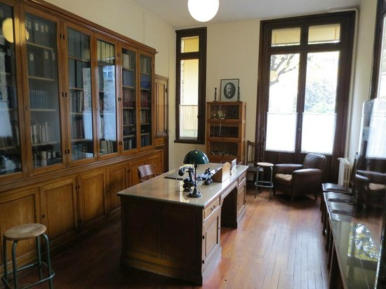 Musee Curie: A glance of the desk where history was written