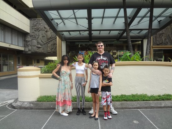 Tropicana Suites: The Family Lowe