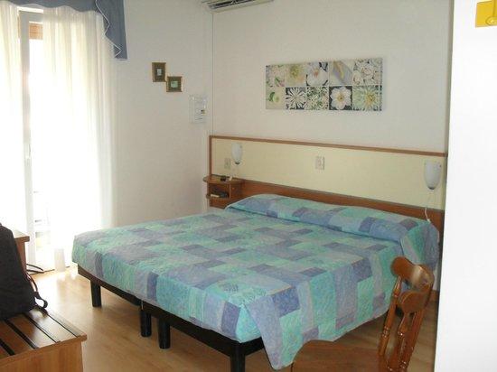 Hotel Granada: camera spaziosa e pulita