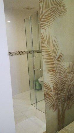 VaiA Boutique Hotel: Modern and spacious bathroom
