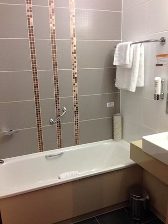 Clayton Hotel Cardiff: Bathroom