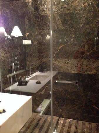 The First Luxury Art Hotel : ванная