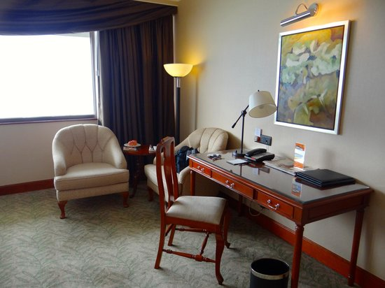 Marco Polo Hongkong Hotel: Writing desk