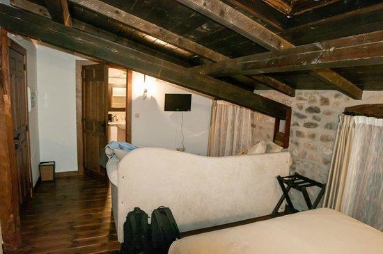Casa San Andrés del Valle: Sofá-cama, televisor y baño al fondo