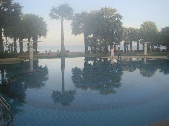 Ravindra Beach Resort & Spa : Бассейн-пляж рано утром